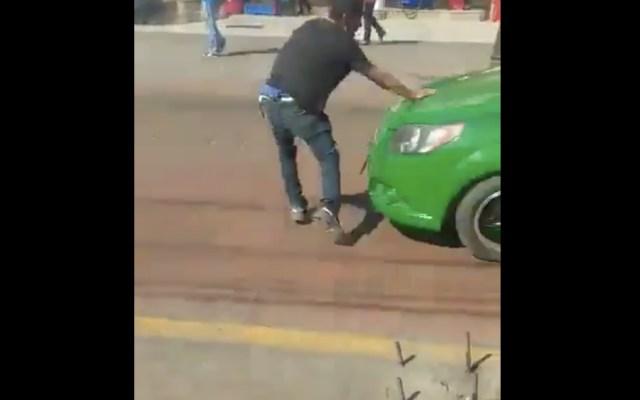 #Video Presunto asaltante huye de golpiza, pero lo atropella un taxi - Foto de @OSWALDORIOSM