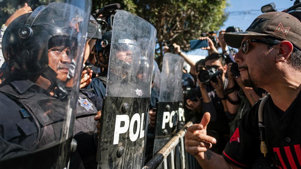 Se manifiestan en Tijuana a favor y en contra de caravana migrante - Foto de AFP