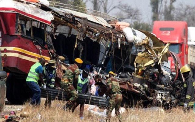 Choque de autobuses mata a 47 personas en Zimbabwe - Rescate de víctimas de choque entre dos autobuses en Zimbabwe. Foto de Twitter