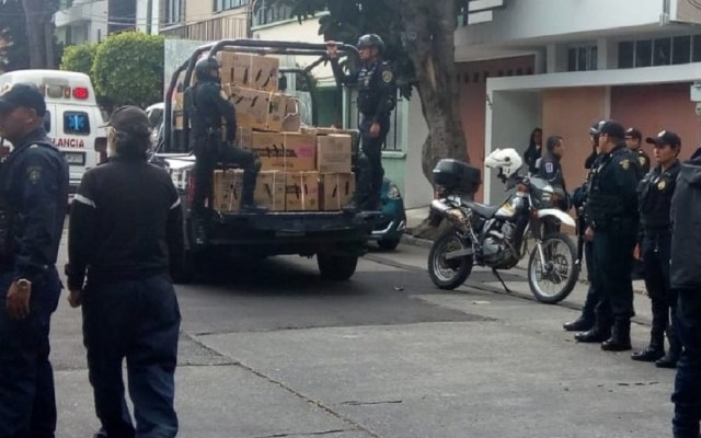 Salvan a 29 animales hacinados en la colonia Vértiz Narvarte - SSP-CDMX decomisó a los animales en las cajas de cartón donde estaban. Foto de @GaboOrtega73