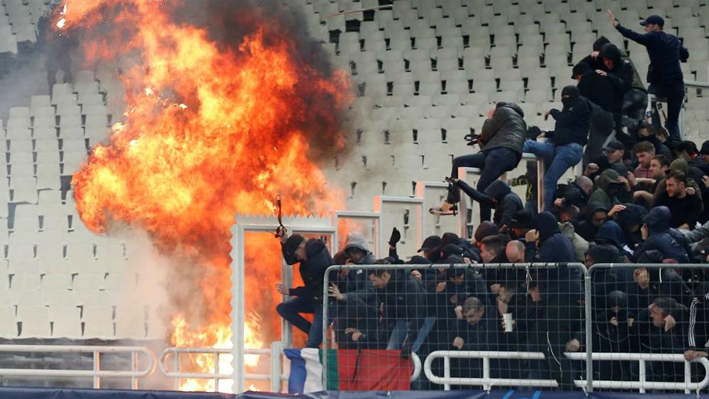 Batalla campal entre hinchas del AEK Atenas y el Ajax
