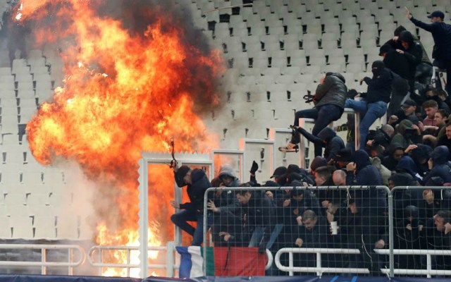 Enfrentamientos entre aficionados del AEK y Ajax causan 11 heridos - Foto de Reuters
