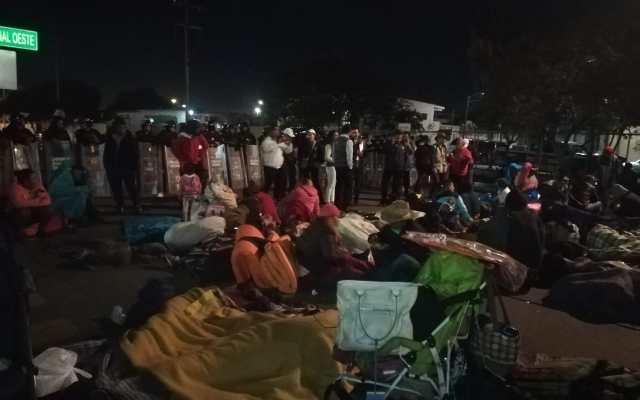 Grupo de migrantes centroamericanos permanece en la garita El Chaparral - Migrantes en la garita El Chaparral.