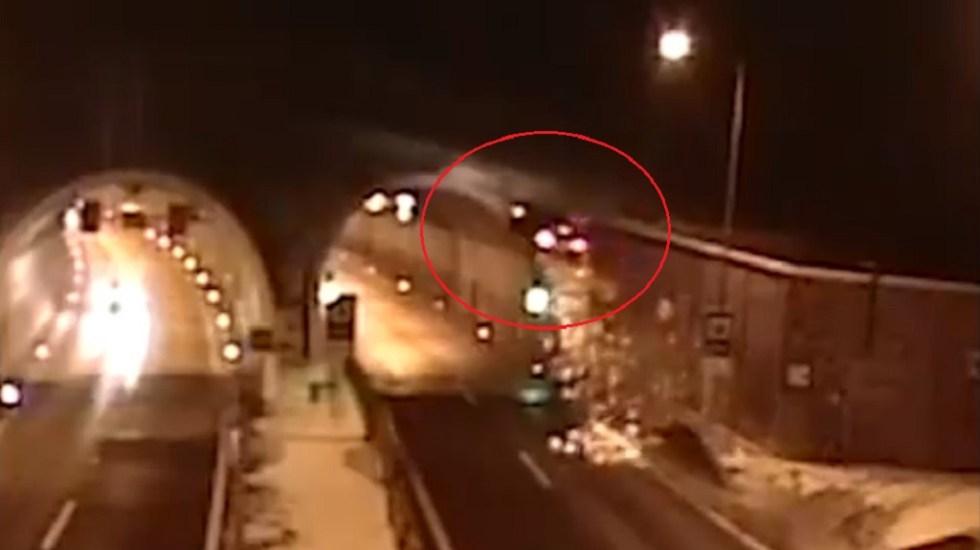 #Video Conductor sale disparado hacia túnel y resulta ileso - Momento del accidente en Eslovaquia. Captura de pantalla