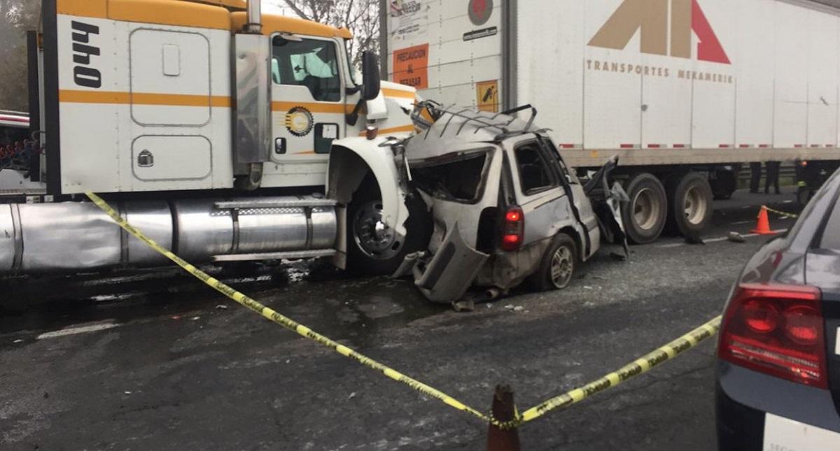 Accidente vial con dos personas muertas en la México-Querétaro. Foto de Twitter