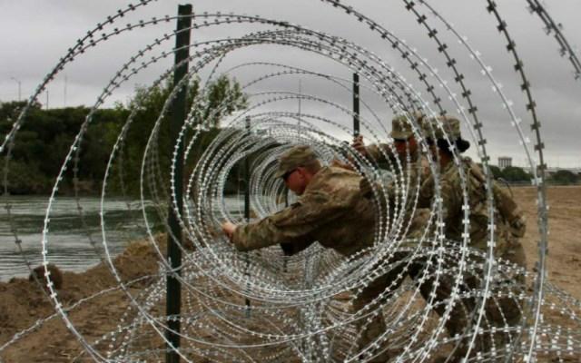 Retiran alambre de púas colocado en tramos de la frontera EE.UU.-México - Foto de AFP