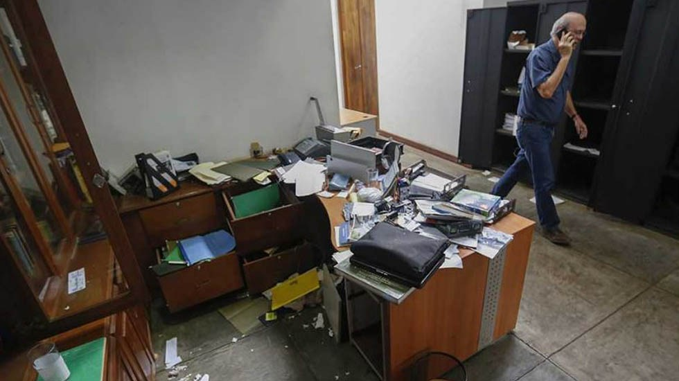 Confidencial de Nicaragua lanza edición especial tras agresiones de Ortega - Allanamiento a oficinas del Confidencial de Nicaragua. Foto de Internet
