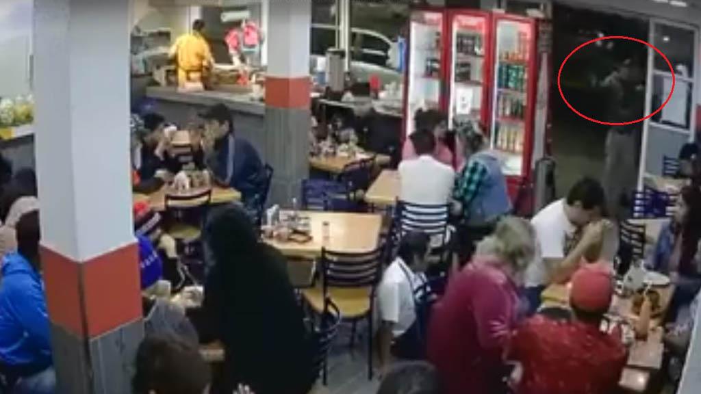 #Video Asaltan taquería en Neza - Delincuente disparó al aire dentro del negocio ubicado sobre la Av. Adolfo López Mateos. Captura de pantalla