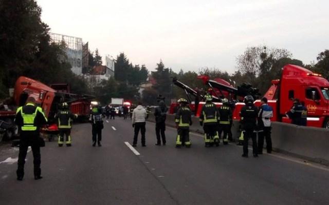 Accidente en la México-Toluca provoca cinco kilómetros de tránsito - Atención de accidente en la México-Toluca. Foto de Noticieros Televisa