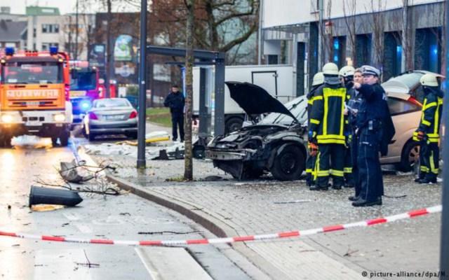 Vehículo arrolla a multitud y choca contra parada de autobús en Alemania - automóvil arrolla a multitud en parada de autobús en alemania