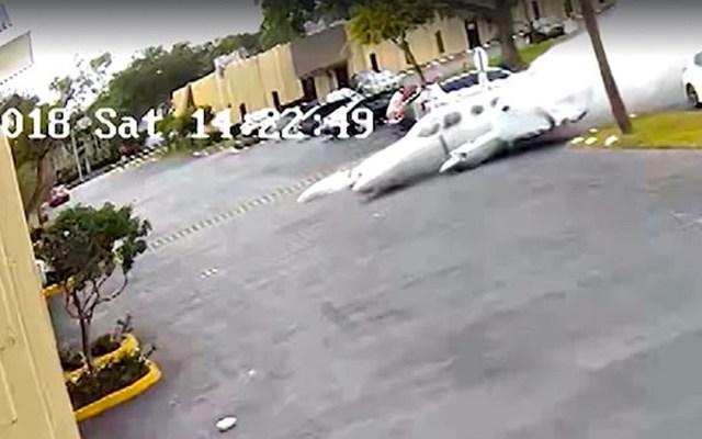 #Video Muere piloto y alumno al impactar avión pequeño contra edificio - Foto de cámara de vigilancia