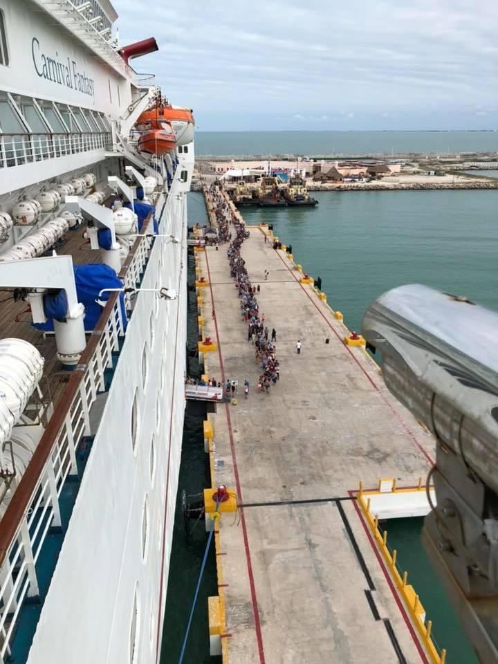 Bajaron a todos los pasajeros para hacer una búsqueda más exhaustiva del joven. Foto de @cruiselifecargo