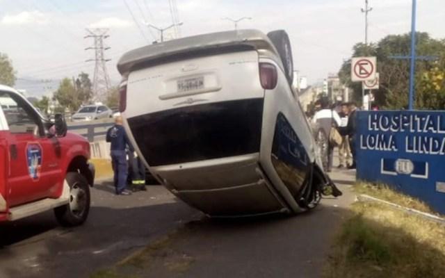 #Video Camioneta intenta rebasar a transporte de carga y vuelca - Foto de @vecinoinformado