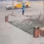 #Video Mujer se salva de ser arrollada tras choque