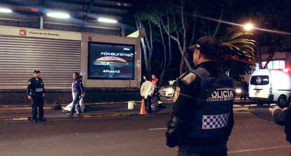 Hombre muere embestido por Metrobús en estación Ciudad de los Deportes. Noticias en tiempo real