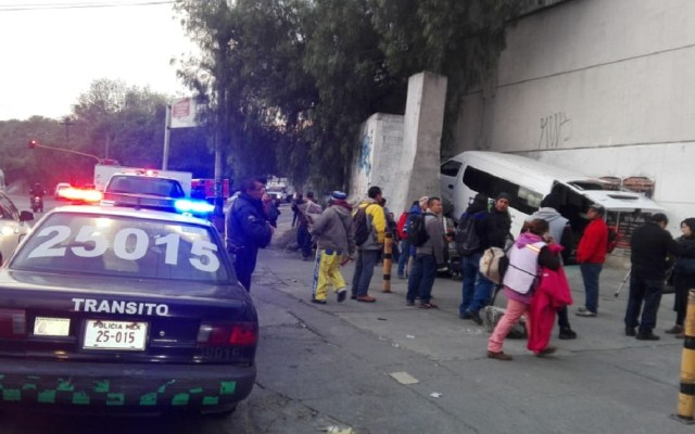 Choque de combi en Naucalpan deja siete heridos - Combi accidentada en San Bartolo, Naucalpan. Foto de @kroseco25