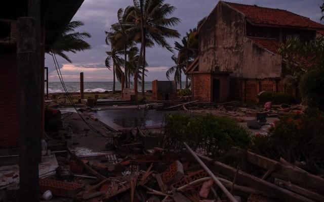 Nuevo balance aumenta a 426 los muertos por tsunami en Indonesia - Destrucción en Indonesia tras el tsunami. Foto de AFP / Mohd Rasfan