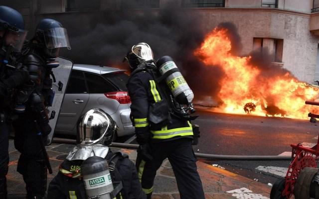 Policía de París pide cerrar comercios en Campos Elíseos por disturbios - Disturbios por protestas en París. Foto de @Place_Beauvau