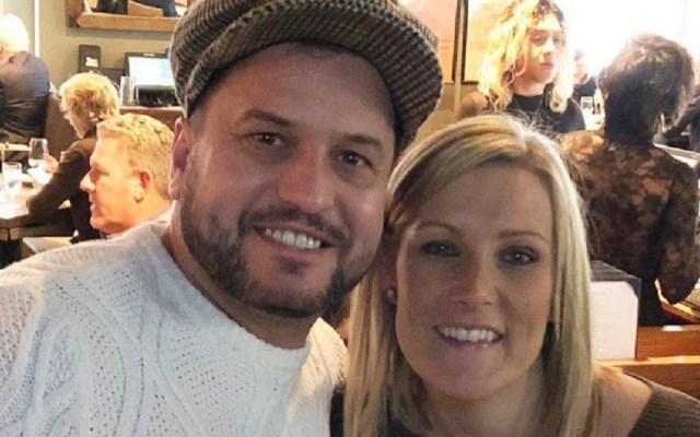 Pareja británica recupera anillo tirado en coladera de NY - John y Daniella se comprometieron tras diez años de novios. Foto de @NYPDnews