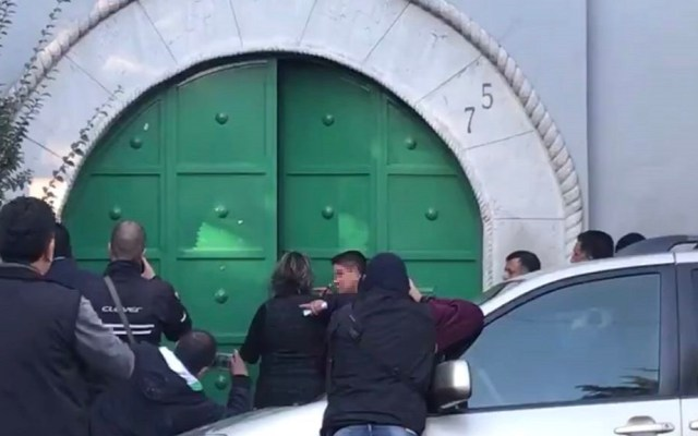 DIF resguarda a menor que apuñaló a su medio hermano en Nativitas - Jorge siendo trasladado al MP. Foto de @c4jimenez