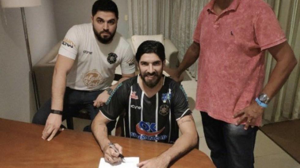Loco Abreu firma con su equipo número 28 - El Loco Abreu firma con rio branco