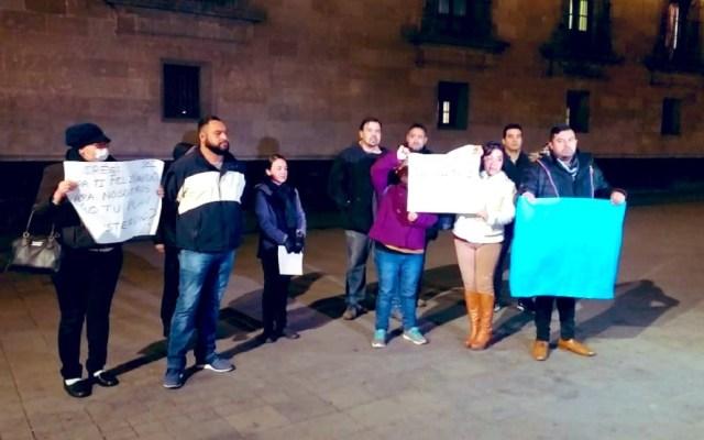 Ex trabajadores del SAT se manifiestan afuera de Palacio Nacional - Manifestación de ex trabajadores del SAT. Foto de @israellorenzana