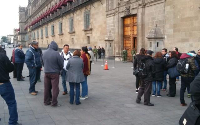Ex trabajadores del SAT continúan protesta frente a Palacio Nacional - protesta sat palacio nacional