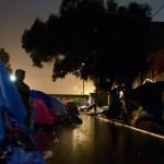 Migrantes centroamericanos duermen en calles de Tijuana - Foto de @damiabonmati