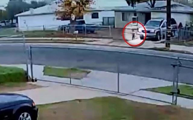 #Video Atropella a su sobrina de un año con camioneta - Momento en que hombre arrolla a su sobrina en Fresno. Captura de pantalla
