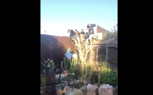 #Video Migrantes allanaron casa para saltar muro fronterizo