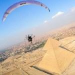 #Video Joven sobrevuela Pirámides de Giza en paramotor - Nicolas Aubert en las Pirámides de Giza, Egipto. Foto de Caters