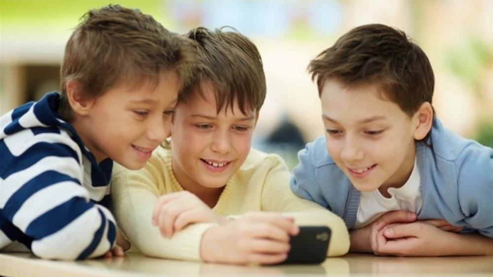 Niños que pasan siete horas con celulares son menos inteligentes: estudio - Foto de internet