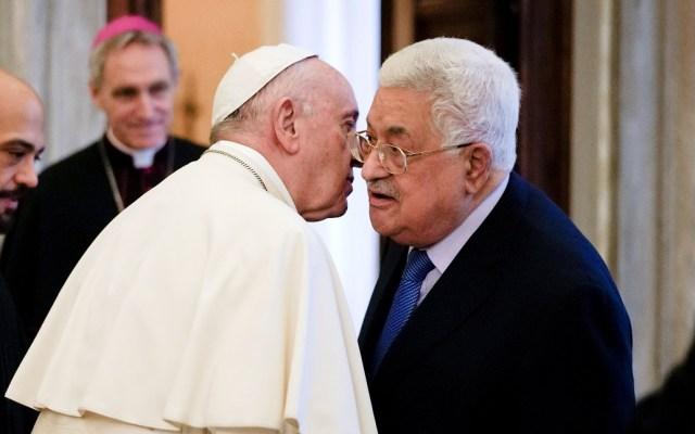 Papa pide a presidente de Palestina reanudar paz con Israel - Papa Francisco con el presidente de Palestina. Foto de AFP / Andrew Medichini