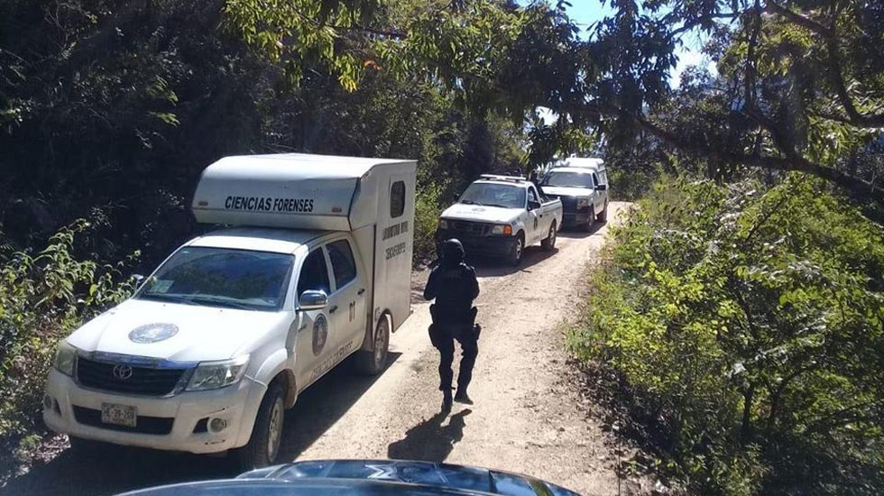 Asesinan a mujer en ataque a velada religiosa en Chilpancingo - Peritos forenses en la casa donde ocurrió el ataque. Foto de @robertoalvarezheredia