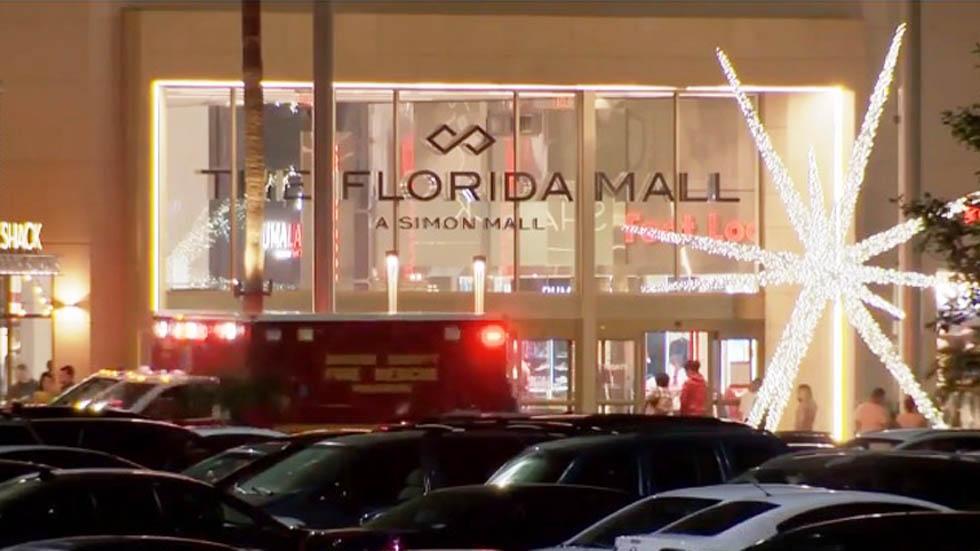 #Video Falso tiroteo en centro comercial de Florida deja 18 heridos - Servicios de emergencia afuera de centro comercial de Florida. Foto de Wesh