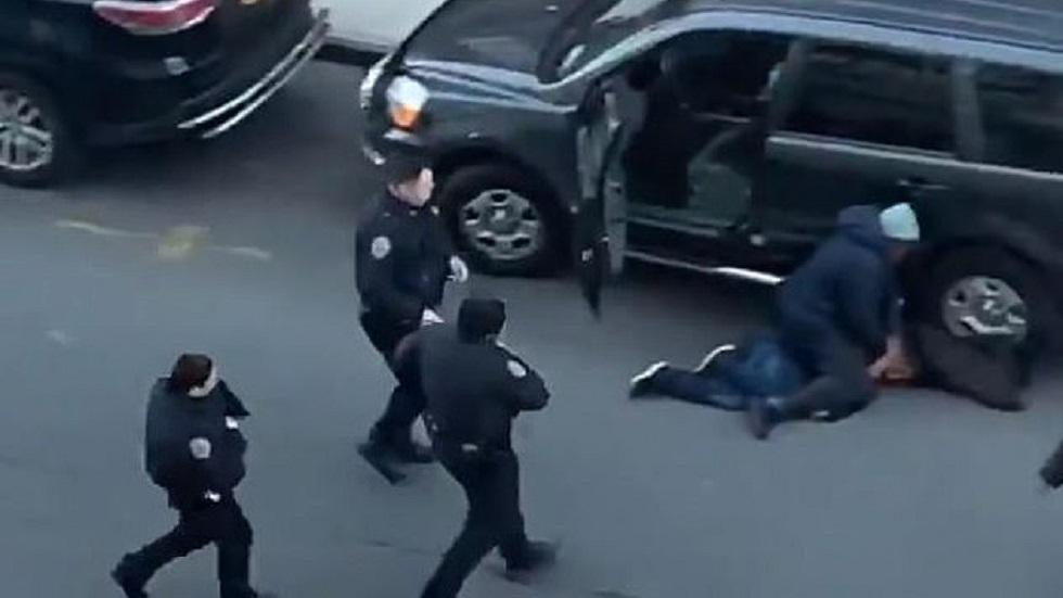 Policías de Nueva York llegando para el arresto del ladrón. Captura de pantalla