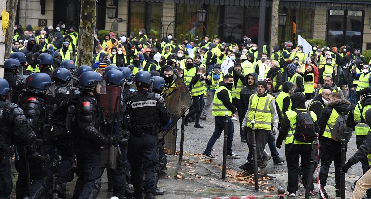 Policías de París contra chalecos amarillos. Foto de @Place_Beauvau