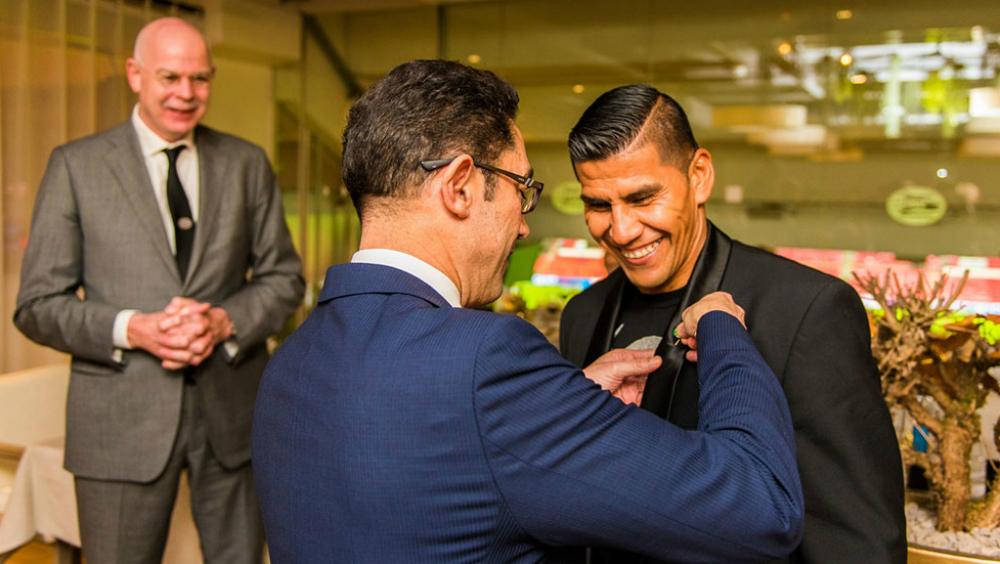 Así recibió el PSV a Salcido en Eindhoven