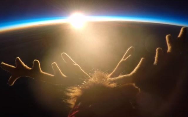 #Video Padre gana premio de GoPro por enviar reno de peluche al espacio - El reno de peluche tenía por objetivo demostrar a los niños que los sueños pueden hacerse realidad. Captura de pantalla