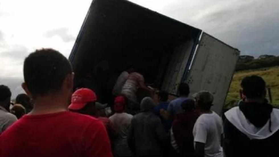 Saqueo de camión de carga en Veracruz. Foto de Internet