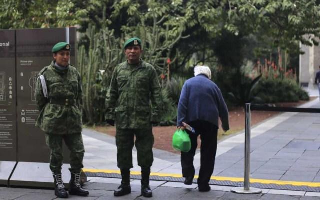 Soldados vigilan Palacio Nacional por infiltrados a conferencias de AMLO - Soldados vigilan accesos a palacio nacional
