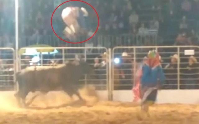 #Video Payaso de rodeo resulta ileso de ataque de toro - Toro lanzó por los aires a payaso de rodeo en Brasil. Captura de pantalla