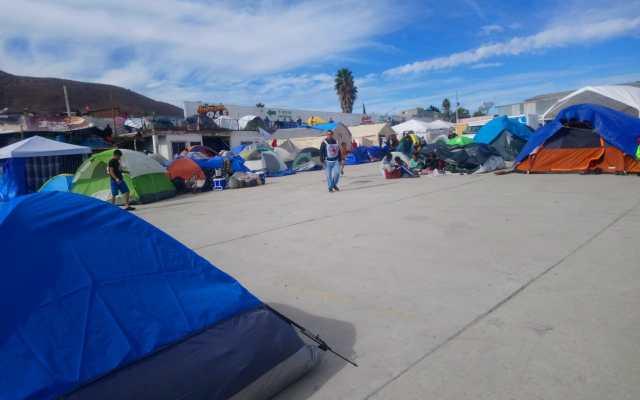 Migrantes buscan ingresar a Estados Unidos por Tecate