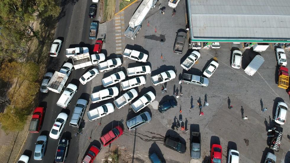 ¿Por qué siempre la fila de junto avanza más rápido? - Fila de autos en una gasolinería de Morelia, Michoacán. Foto de AFP.