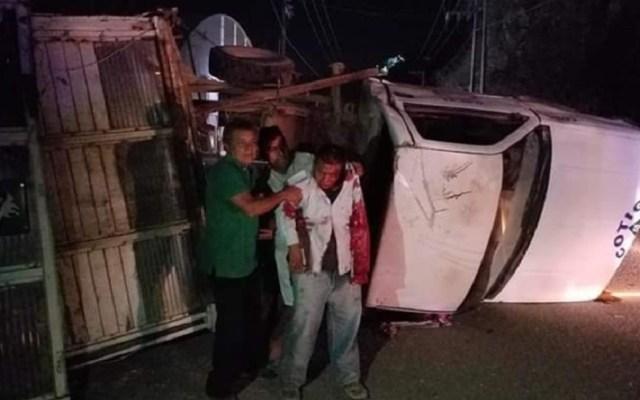 Se accidenta personal del DIF de camino a evento de AMLO - Accidente en carretera de Guerrero. Foto de ADN Sureste