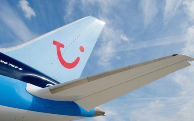 Obligan a familia a viajar sentada en el suelo de un avión - familia suelo avión
