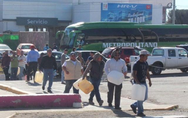 Desabasto de gasolina en el Bajío acumula mil 250 mdp en pérdidas - Algunas gasolineras solo abastecen en garrafas. Foto de Periódico Correo