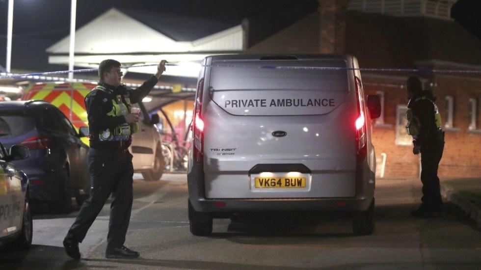 Asesinan a hombre frente a su hijo de 14 años en tren de Londres - Foto de AP