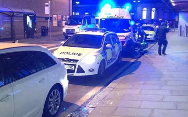 Hombre apuñala a tres en estación de tren de Manchester - ataque con cuchillo en manchester deja tres heridos