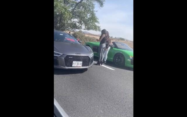 Conductores de autos deportivos juegan 'arrancones' en Autopista del Sol